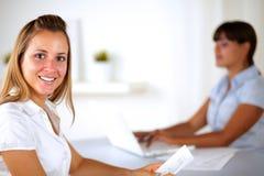 Καυκάσια επιχειρηματίας που χαμογελά και που εξετάζει σας Στοκ εικόνα με δικαίωμα ελεύθερης χρήσης