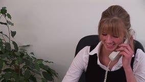 Καυκάσια επιχειρηματίας στην εργασία για το τηλέφωνο απόθεμα βίντεο