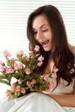 καυκάσια θηλυκά λουλούδια σπορείων που κάθονται τις νεολαίες Στοκ εικόνα με δικαίωμα ελεύθερης χρήσης