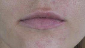 Καυκάσια θηλυκά χείλια στενό άκρο επάνω απόθεμα βίντεο