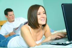 καυκάσια θηλυκή ευτυχής χρησιμοποίηση lap-top στοκ φωτογραφία