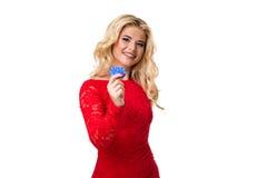 Καυκάσια νέα γυναίκα με τη μακριά ελαφριά ξανθή τρίχα στα τσιπ παιχνιδιού εκμετάλλευσης εξαρτήσεων βραδιού απομονωμένος πόκερ στοκ εικόνες