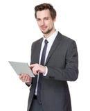 Καυκάσια νέα χρήση επιχειρηματιών της ταμπλέτας στοκ εικόνα με δικαίωμα ελεύθερης χρήσης