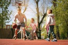 Καυκάσια οικογενειακή παίζοντας καλαθοσφαίριση από κοινού Στοκ Φωτογραφίες