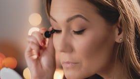 Καυκάσια πρότυπα ξανθά χρώματα eyelashes με mascara Επιχειρησιακή γυναίκα Makeup κίνηση αργή απόθεμα βίντεο