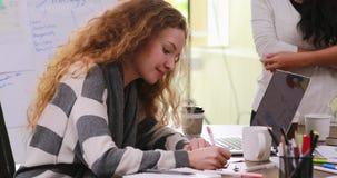 Καυκάσια συνεδρίαση γυναικών στο σύγχρονο γραφείο φιλμ μικρού μήκους