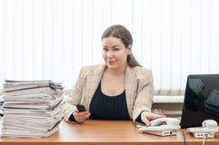 Καυκάσια συνεδρίαση εργαζόμενων γυναικών υπαλληλικός γραφείο-κοριτσιών στον πίνακα με το σωρό των εγγράφων Στοκ εικόνες με δικαίωμα ελεύθερης χρήσης
