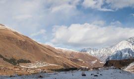 Καυκάσια χιονώδης κοιλάδα βουνών Στοκ φωτογραφίες με δικαίωμα ελεύθερης χρήσης