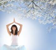 καυκάσιες meditating νεολαίες γυναικών brunette Στοκ Εικόνες