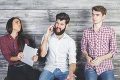 Καυκάσιοι ενήλικοι που χρησιμοποιούν τις ηλεκτρονικές συσκευές Στοκ Φωτογραφία