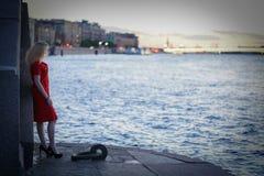 Καυκάσιοι περίπατοι κοριτσιών της Νίκαιας αργά τη νύχτα στο ηλιοβασίλεμα κοντά στον ποταμό μόνο στοκ εικόνες