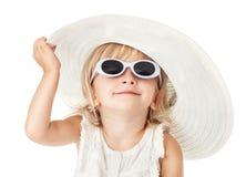 Καυκάσιος λίγο γλυκό κορίτσι 2 χρονών στο άσπρο καπέλο στοκ φωτογραφία με δικαίωμα ελεύθερης χρήσης