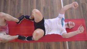 Καυκάσιος ανδρικός αθλητισμός παιχνιδιού φίλων σε ένα σύγχρονο κέντρο ικανότητας Κατηγορίες ομάδας στην ικανότητα και τη γυμναστι απόθεμα βίντεο