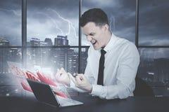 Καυκάσιος επιχειρηματίας πίεσης που παρουσιάζει μέσο δάχτυλο Στοκ Εικόνα