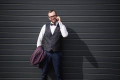 Καυκάσιος επιχειρηματίας που μιλά στο smartphone στεμένος υπαίθρια Στοκ φωτογραφία με δικαίωμα ελεύθερης χρήσης