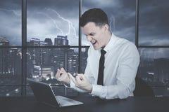 0 καυκάσιος επιχειρηματίας που παρουσιάζει μέσο δάχτυλο Στοκ Φωτογραφία