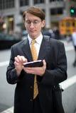 Καυκάσιος επιχειρηματίας που χρησιμοποιεί το PC ταμπλετών Στοκ εικόνα με δικαίωμα ελεύθερης χρήσης