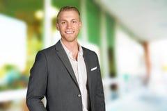Καυκάσιος επιχειρηματίας στην εργασία στοκ εικόνα