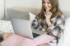 Καυκάσιος κινηματογράφος ρολογιών κοριτσιών on-line Στοκ Εικόνες