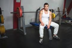Καυκάσιος μυϊκός αθλητικός τύπος στη συνεδρίαση γυμναστικής στον πάγκο barbell Στοκ Εικόνες
