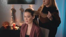 Καυκάσιος πρότυπος ξανθός καλλιτεχνών σύνθεσης κομμωτών hairstyle Βούρτσα γηα τα μαλλιά χρήσεων Δέσιμο της ουράς της τρίχας E φιλμ μικρού μήκους