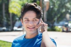 Καυκάσιος τύπος σε ένα μπλε πουκάμισο που μιλά στο τηλέφωνο Στοκ εικόνα με δικαίωμα ελεύθερης χρήσης