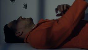 Καυκάσιος φυλακισμένος που βρίσκεται στο μεμονωμένο κύτταρο, τιμωρία για την παράνομη συμπεριφορά απόθεμα βίντεο