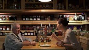 Καυκάσιο άτομο και το ασιατικό κρασί κατανάλωσης συζύγων του στο σπίτι απόθεμα βίντεο