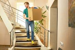 Καυκάσιο άτομο με το κουτί από χαρτόνι Στοκ Εικόνα