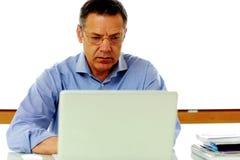 Καυκάσιο άτομο που εργάζεται στο φορητό προσωπικό υπολογιστή του Στοκ εικόνες με δικαίωμα ελεύθερης χρήσης