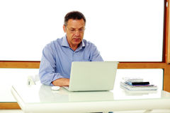 Καυκάσιο άτομο που εργάζεται στο φορητό προσωπικό υπολογιστή του Στοκ φωτογραφία με δικαίωμα ελεύθερης χρήσης