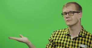 Καυκάσιο άτομο που παρουσιάζει κάτι Θέση για το λογότυπο ή το κείμενό σας E απόθεμα βίντεο