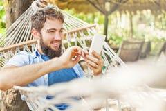 Καυκάσιο άτομο που χρησιμοποιεί app στο κινητό τηλέφωνό του Στοκ φωτογραφία με δικαίωμα ελεύθερης χρήσης
