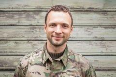 Καυκάσιο άτομο στη στρατιωτική κάλυψη ομοιόμορφη στοκ εικόνα