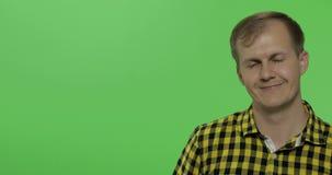 Καυκάσιο άτομο στο κίτρινο πουκάμισο που παρουσιάζει κάτι Θέση για το λογότυπο ή το κείμενό σας απόθεμα βίντεο
