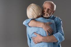 Καυκάσιο ανώτερο αγκάλιασμα ζευγών Στοκ Φωτογραφίες