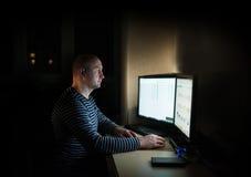 Καυκάσιο επιχειρησιακό άτομο σκιαγραφιών που υπολογίζει στον πίνακα Στοκ Εικόνες