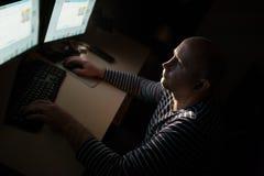 Καυκάσιο επιχειρησιακό άτομο σκιαγραφιών που υπολογίζει στον πίνακα Στοκ φωτογραφίες με δικαίωμα ελεύθερης χρήσης