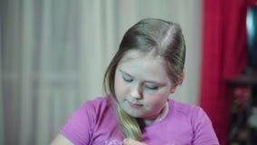 Καυκάσιο λευκό κορίτσι που βουρτσίζει συγκρατημένα την άσπρη χτένα τρίχας του Κινηματογράφηση σε πρώτο πλάνο που φαίνεται κεκλεισ φιλμ μικρού μήκους