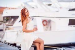 Καυκάσιο ελκυστικό κοκκινομάλλες κορίτσι στο άσπρο θερινό φόρεμα Στοκ Φωτογραφίες