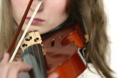 Καυκάσιο κορίτσι βιολιστών σε ένα άσπρο υπόβαθρο φιλμ μικρού μήκους