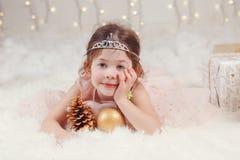 Καυκάσιο κορίτσι που φορά diadem πριγκηπισσών τα Χριστούγεννα εορτασμού κορωνών ή το νέο έτος Στοκ εικόνα με δικαίωμα ελεύθερης χρήσης