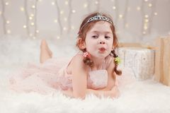 Καυκάσιο κορίτσι που φορά diadem πριγκηπισσών τα Χριστούγεννα εορτασμού κορωνών ή το νέο έτος Στοκ Εικόνα