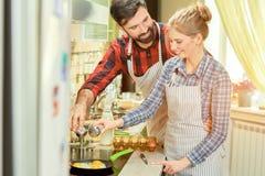 Καυκάσιο μαγείρεμα ανδρών και γυναικών Στοκ φωτογραφία με δικαίωμα ελεύθερης χρήσης
