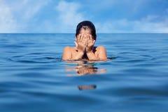 Καυκάσιο μικρό παιδί στην ήρεμη ήρεμη μπλε θάλασσα στοκ εικόνες