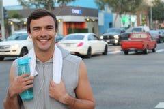 Καυκάσιο μπουκάλι νερό κατανάλωσης αθλητών στην πόλη της Νέας Υόρκης Αρσενικός δρομέας ιδρωμένος και διψασμένος μετά από το τρέξι Στοκ εικόνα με δικαίωμα ελεύθερης χρήσης
