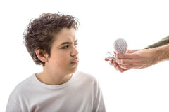 Καυκάσιο ομαλός-ξεφλουδισμένο αγόρι που μπερδεύεται από τα τρισδιάστατα και πραγματικά lightbulbs Στοκ Φωτογραφίες