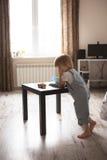 Καυκάσιο παιχνίδι αγοριών μικρών παιδιών με το βιβλίο, πλήξη, τρόπος ζωής Στοκ φωτογραφία με δικαίωμα ελεύθερης χρήσης