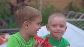 Καυκάσιο παιδικό παιχνίδι υπαίθριο στο θερινή περίοδο απόθεμα βίντεο