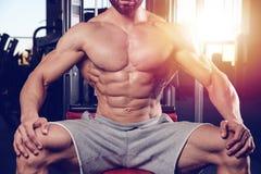 Καυκάσιο προκλητικό πρότυπο ικανότητας στα στενά επάνω ABS γυμναστικής στοκ φωτογραφία